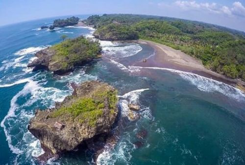 Pantai Madasari tempat paporit untuk bermain berselancar wisatawan lokal hingga mancanegara.