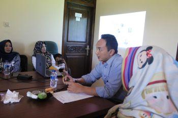 Ibu-Ibu dan Bapak bapak UKM Pangandaran Belajar Produksi Kue dari Cheef Zahakir Haris